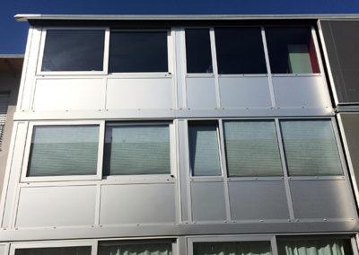 Immeuble vitré avec le troisièmme étage recouvert de films solaire.