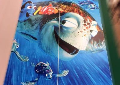 Portes d'armoire de chambre d'enfant recouvertes de vinyle imprimé, décoré d'une tortue de mer. Réalisé par Pascal Delaloye