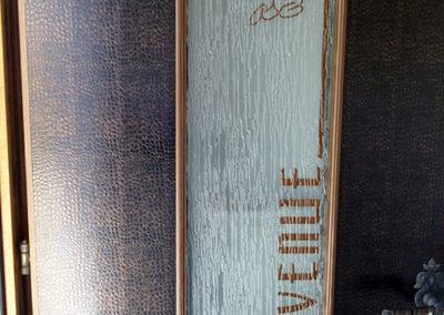 Porte d'entrée en bois recouverte de vinyle imitation peau de serpent. Réalisé par Pa2.ch