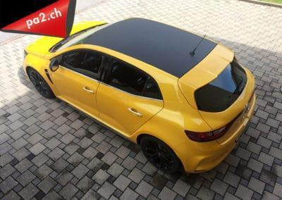Renault mégane jaune recouvert de vinyle à effet carbone noir. Réalisé par Pa2.ch