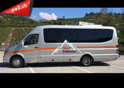 Grand bus recouvert de marquage publicitaire en vinyle découpé pour les Taxis Follonier. Réalisé par Pa2.ch