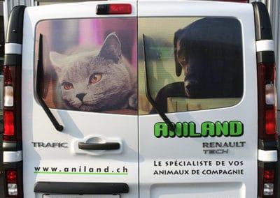 Vue arrière d'un bus recouvert de marquage publicitaire en vinyle microperforé imprimé pour Aniland. Réalisé par Pa2.ch