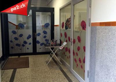 Portes vitrées recouverte de vinyle effet frost imprimé de coquelicots rouges et bleus et découpé. Réalisé par Pa2.ch